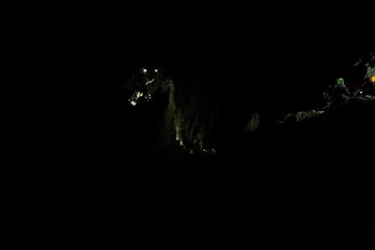 3h30 ce matin les premières cordées grimpent le Pas du Crapaud au dessus du refuge pour s'engager dans la Traversée de la Meije. Bon voyage à tous !