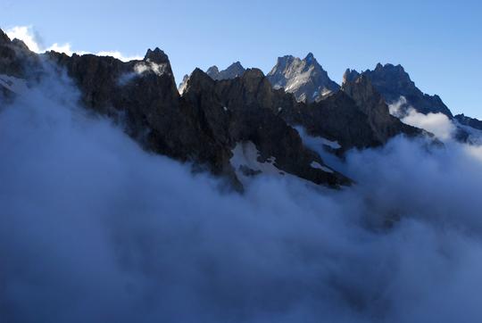 Ce matin 8h30, le reflux de la mer de nuages vers le bas  du vallon... les sommets se dévoilent déjà bien ensoleillés...