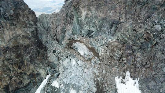 Jusqu'au 7 août, les alpinistes passaient ici (en bas de gauche à droite) sur la neige du Glacier Carré, à 3700m. Pour rejoindre le sommet de la Meije.