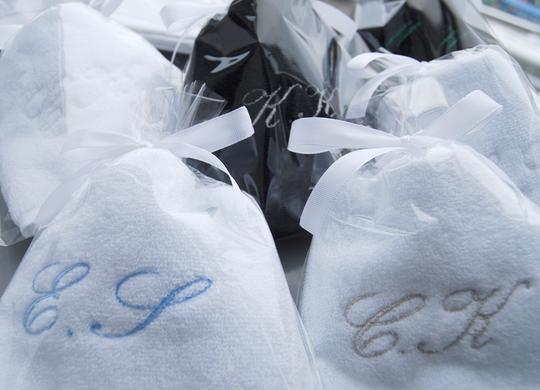 薄手で肌触りの良いハンドタオルに2文字のイニシャルを刺繍します。