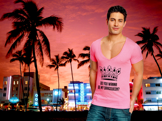 Model trägt neon pinkes Shirt