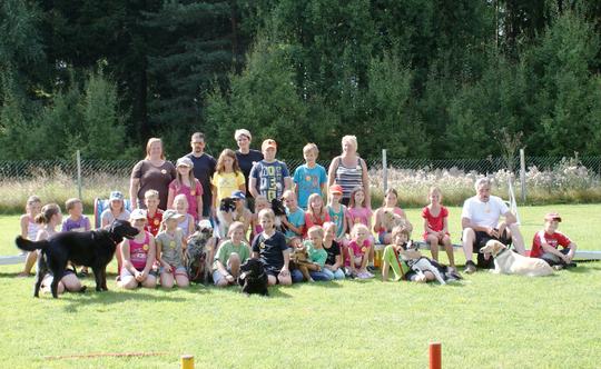 Ein erlebnisreicher Tag für 30 Kinder und auch die Hunde der Raindogs: Das Ferienprogramm auf dem Übungsplatz, das Jugendwartin Silke Rosenlehner bestens organisiert hatte. −Foto: A. Rosenlehner