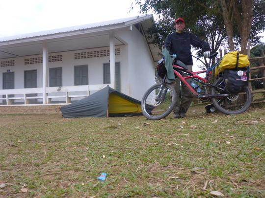 Another school camp ground - ein weiterer Zeltplatz vor einer Schule