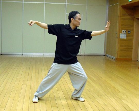 楊式太極拳の単鞭の写真です。