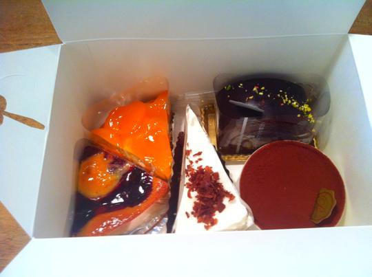 ケーキを頂いた。 片岡さんいつもありがとうございます。 一度に2個食いしてしまいました。(滝汗)
