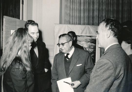Le Caire - Bettina en conversation avec le ministre égyptien de la Culture, 1962