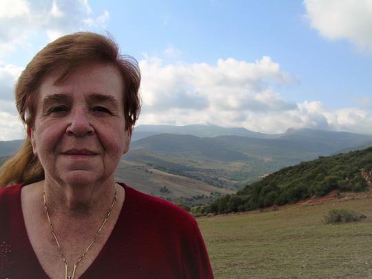 "Bettina Heinen-Ayech vor ""Ihrem"" Berg, der Mahouna bei Guelma, 2011"