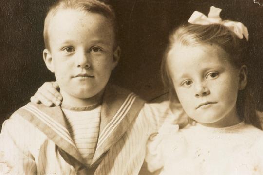 Historisches Foto: Erwin Bowien und Schwester Erika, 1908 in Berlin