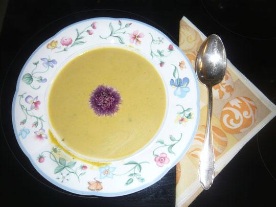 kürbissuppe mit wildkräutern