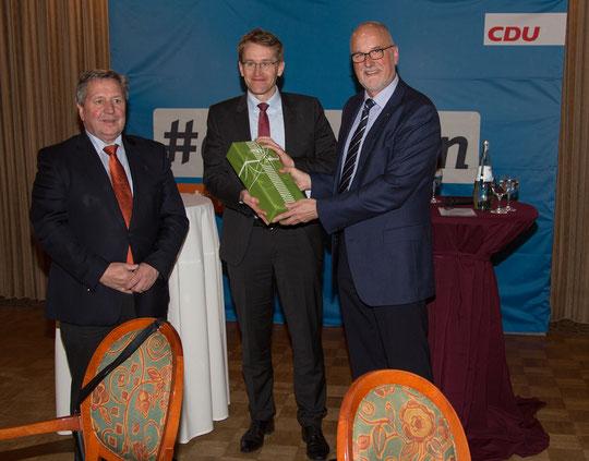 Johann Hansen bedankt sich bei Daniel Günther und Hans-Jörn Arp für ihren Besuch.