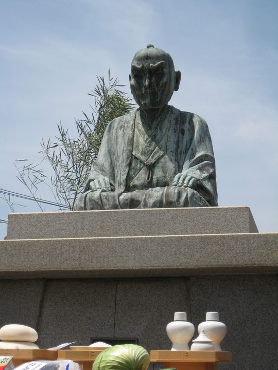 頼山陽広場にある頼山陽銅像。手前は供物。2014年5月4日頼山陽まつりにて