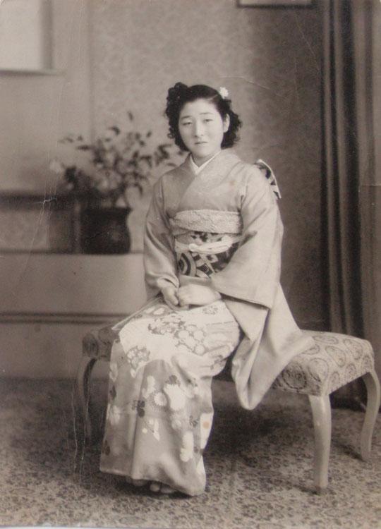 母、21歳の時のお見合い写真 手のにぎり方に注目。昭和20年代はこうだったのだ。帯締めも昔は短かったようだ。
