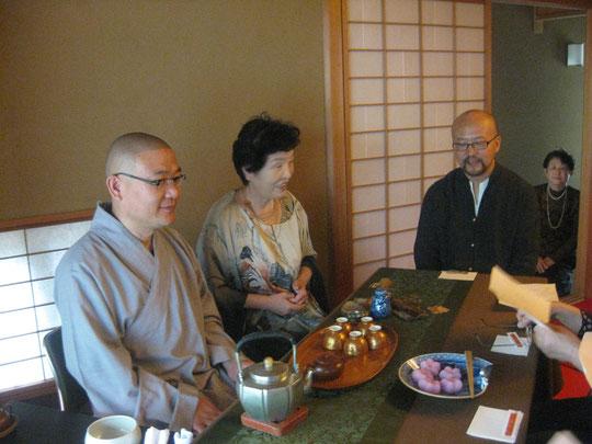 左から大熙和尚、石村良子さん、殷勤先生。お二人のお点前による煎茶をいただく。