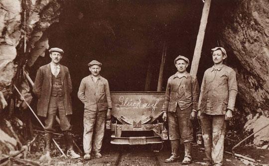 Belegschaftsmitglieder der Firma Hartsteinwerke Vulkan, Gebrüder Leferenz