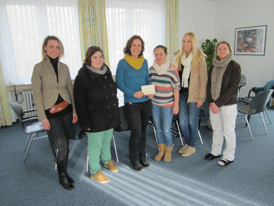 v.l.: Projektleiterin Frau Hadrossek, ganz rechts Schulleiterin Frau Ellinghaus