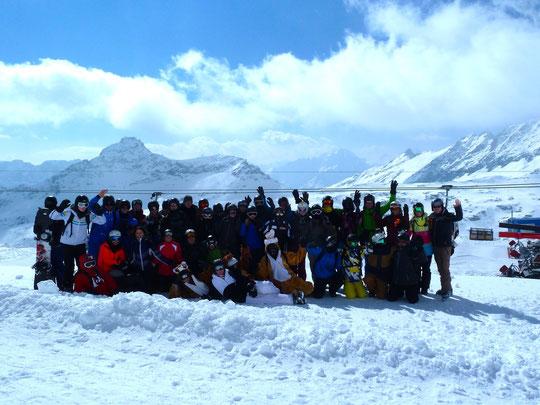 Die angehenden Abiturienten mit dem Skilehrer-Team (Herr von der Weiden, Frau Köster, Frau Berg, Herr Reil - v.r.n.l.)