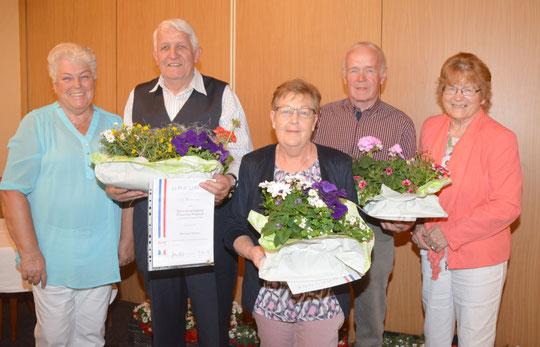 Ausgezeichnet: Ingeborg Brandt (l) und Christa Möller (r) ehren die Mitglieder Karl-Heinz Mertens, sowie Hannelore und Reinhard Janß.