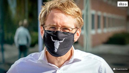 Geht mit gutem Beispiel voran: Ministerpräsident Daniel Günther mit einem Mund-Nasen-Schutz. Foto: Staatskanzlei