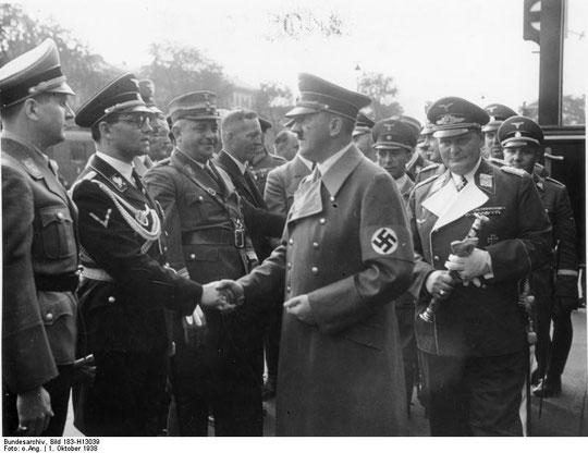 Philipp Bouhler begrüßt Adolf Hitler, Anhalter Bahnhof, 1. Oktober 1938, Wikimedia Commons,  Bundesarchiv, Bild 183-H13039, Lizenz:  Creative Commons Attribution-Share Alike 3.0 Germany