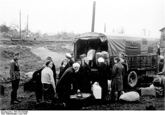 "Abtransport von ""Ostarbeitern"" mit LKW zur Bahnstation, Juni 1942, Foto: Rabenberger, Bundesarchiv, Bild 183-B25444 / CC-BY-SA, Lizenz:  Creative Commons Attribution-Share Alike 3.0 Germany"
