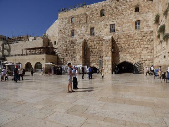 На заднем плане вход в синагогу и вход в Туннель Западной Стены