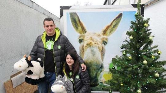 Annegret und Christian Ochs am Weihnachtsbaum mit ochsundesel