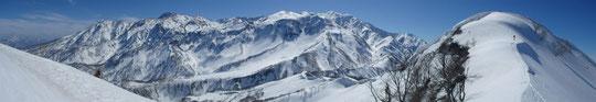 右端が容雅山山頂、火打山、頸城北東面の素晴らしいパノラマ  ※クリックすると広がります。