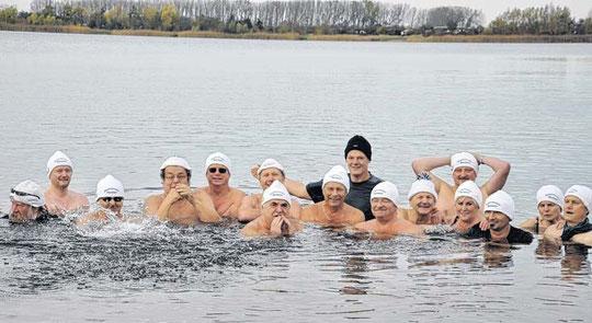 """14 harte Männer und zwei ebenso harte Frauen, das sind die Magdeburger Eisröwer, die gestern im Neustädter See die """"Winter-Freibadsaison"""" eröffnet haben. © Peter Ließmann"""