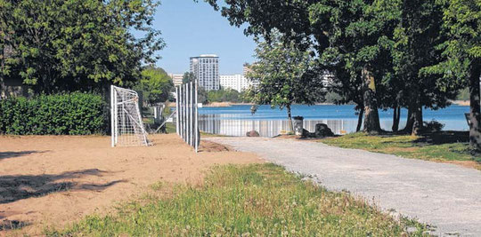 Um dieses Grundstück am Kinderbadestrand dreht sich der Streit zwischen dem Eigentümer und der Stadt. Die Kommune will die Fläche für sich haben, um den neuen Rundweg um den Neustädter See zu bauen. © Stefan Harter