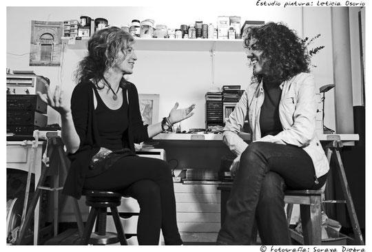 Un café y una charla amena en el taller de la pintora Leticia Osorio.
