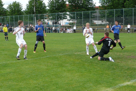 Tobi leist im Strafraum des VfB