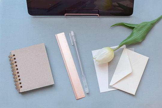黒のレッスンバッグ。ノートパソコン、マウス、スマホ、イヤホン、ペン、財布。