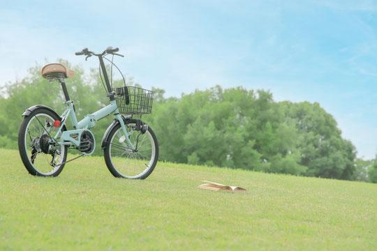 れんがの壁よこに留められた自転車。