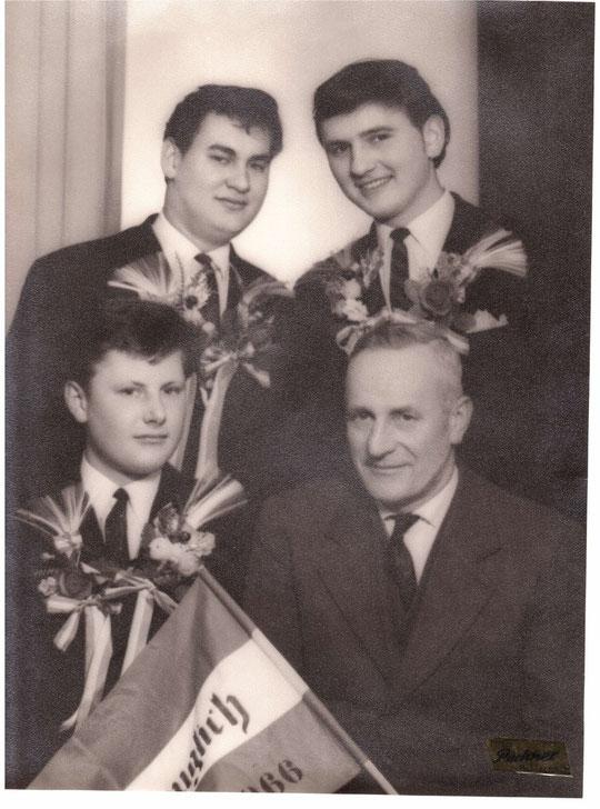 Jahrgang 1947: Johann Dollhofer, Franz Schuster u. Werner Stora mit Bgm. Josef Bößmüller (alte Hausnr. 80)