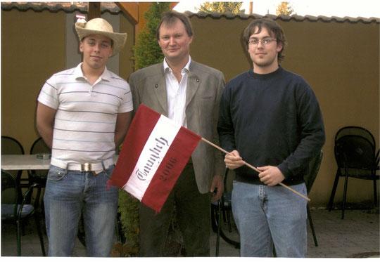 Jahrgang 1988: Christoph Üblauer und Lukas Wagner mit Ortsvosteher Franz Bogner
