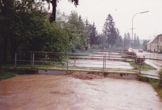 Hörersdorf 1989: Mistel führte Hochwasser - Wasser schlägt an die Brücken - Foto von Erich Steingassner