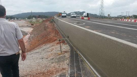 """GBA coulé en béton extrudé en bord de route pour protéger les véhicules d'une chute depuis la chaussée jusqu""""en contrebas du talus"""