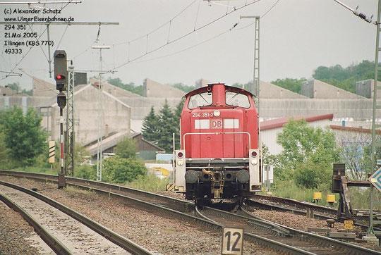 Das Auto-Auslieferungslager der Fa. Mosolf befindet sich in Illingen.    Eine V90 kehrt gerade wieder auf die KBS 770 zurück.       (21.Mai 2005)