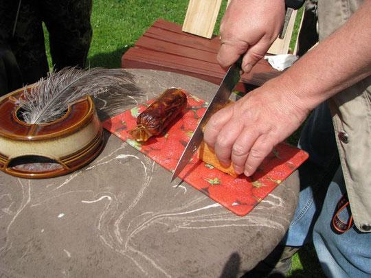 Wirklich leckere Ziegensalami mit selbst gebackenem Brot.