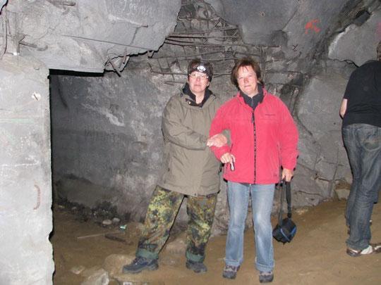 Elke und Gerlinde in ihrem ersten Bunker,