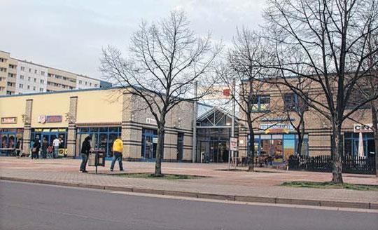 Das Kannenstieg-Center am Hanns-Eisler-Platz. Seit 2011 beschweren sich Anwohner über nächtliche Ruhestörungen, die von Besuchern der Lokale (links und rechts im Bild) ausgehen.