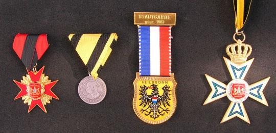 v.l.n.r.: Verdienstkreuz 20 Jahre,  Verdienstmedallie,Gastgeschenk USA1987, Verdienstkreuz 5 Jahre Stadtgarde HN
