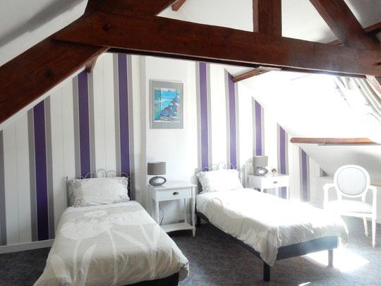 chambre à l'étage 2 lits de 90cm . couleur des murs violet , blanc et gris. grand tableau abstrait