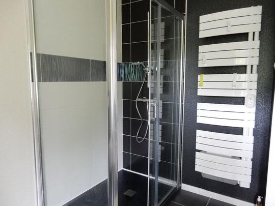 salle d'eau noire et blanche avec grande douche à l'italienne 90 x 130cm  fond anti dérapant