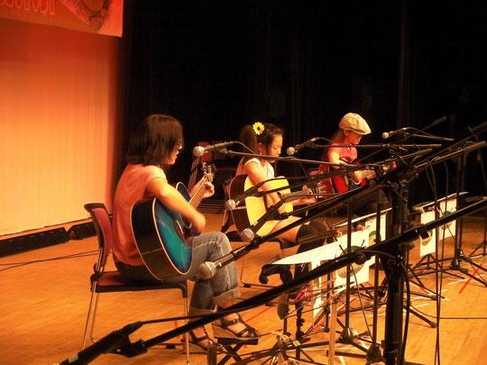 アコースティックギタークラスの演奏シーン