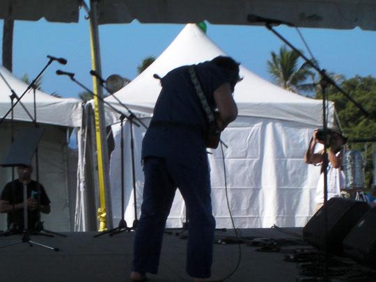 Ukulele Picnic in Hawaii  ステージで演奏中のチャンピオン