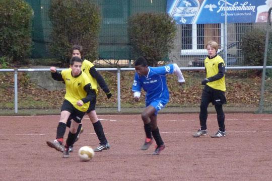 Zweifach-Torschütze Burak in Aktion, hier im Duell mit Tgd.-Winni, begutachtet von Henning (l.) und Sven (r.). (Foto: mal).