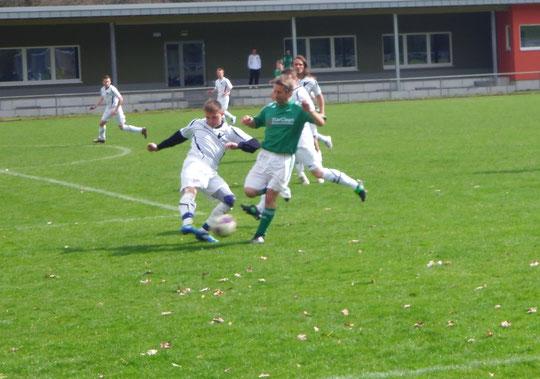 Enrico Hausmann (l.) eher am Ball als der Gegner