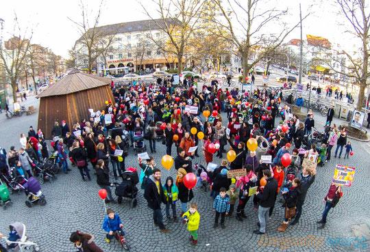 Demonstration in München am 24.02.2014 am Rotkreuzplatz. Eltern gehen auf die Straße für Hebammen. Elternprotest mit fidibus Verlag und Initiativen aus der Geburtshilfe
