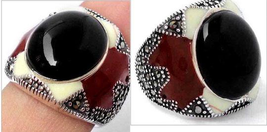 Кольцо из серебра 925 пробы, покрыто эмалью. Черный оникс и вставки из марказита.